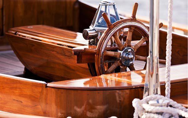 Яхта, покрита лаком