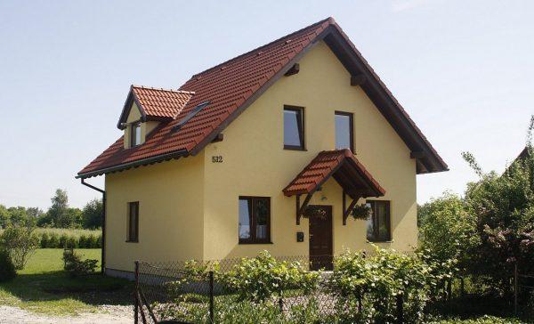 Будинок, пофарбований у колір бежевий