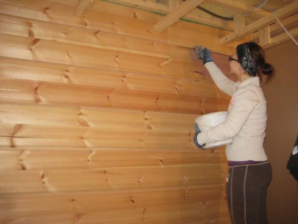 Обробка стін в лазні лаком для захисту від вологи і високої температури