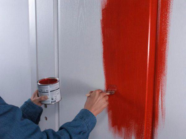 Фарбування дверей в червоний колір