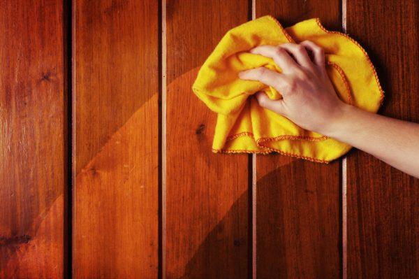 Чистка дерев'яної поверхні перед нанесенням масла