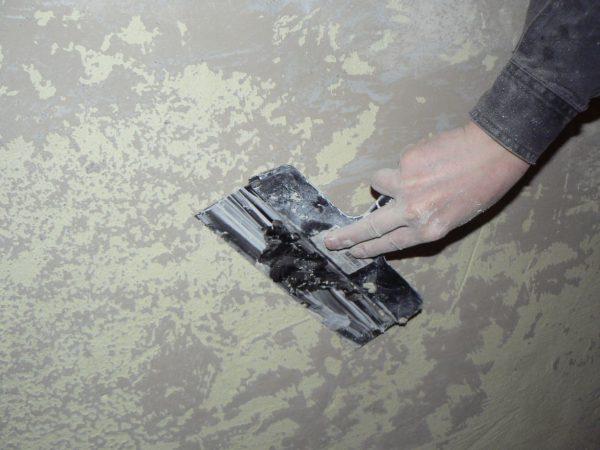 Чистка стіни шпателем перед фарбуванням