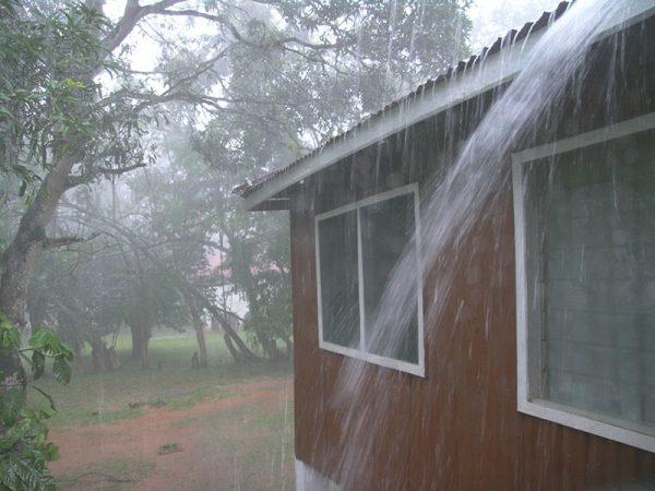 Будинок в дощ