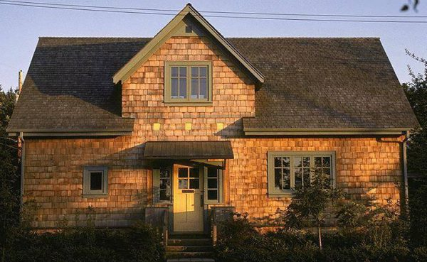 Дерев'яна будівля з ґонтовим дахом