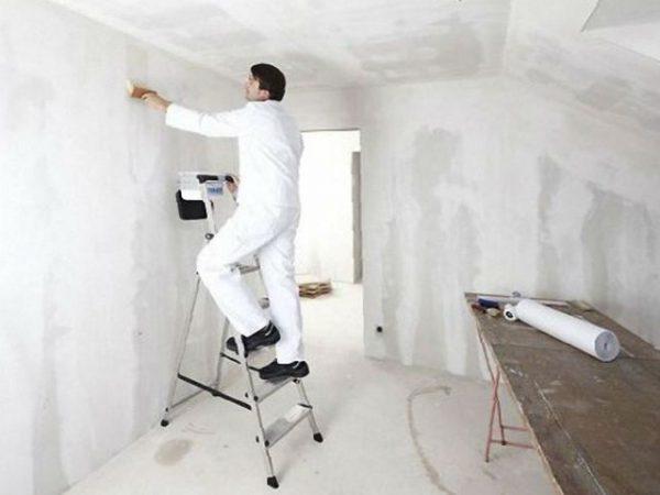Чоловік робить ремонт в кімнаті