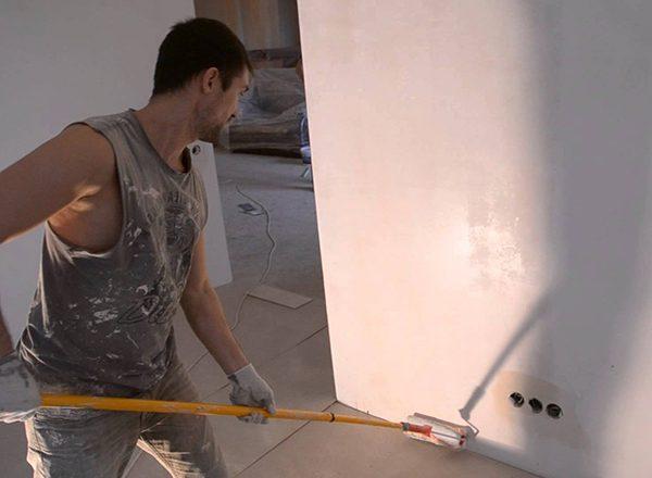 Ґрунтовка побіленої стіни перед фарбуванням