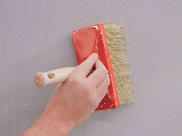 Наносимо грунтовку на стіну