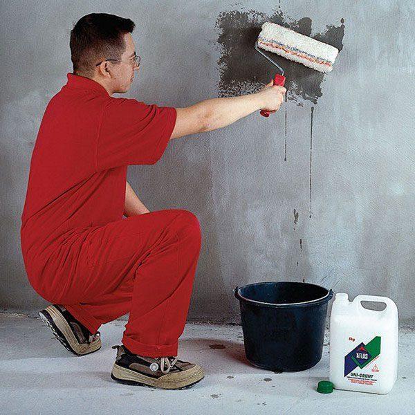 Ґрунтовка стіни спеціальною сумішшю