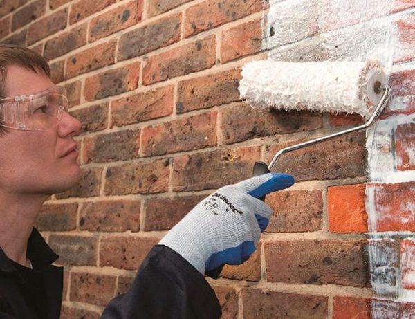 Нанесення грунтовки на цегляну стіну