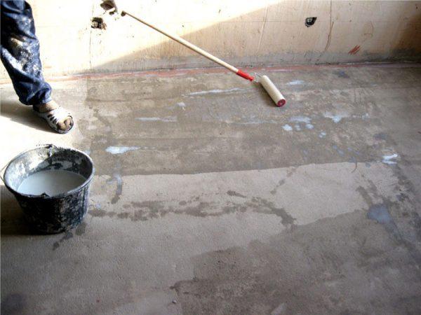 Грунтування підлоги валиком