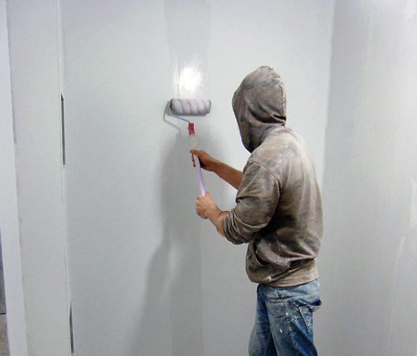 Нанесення грунтовки на стіну