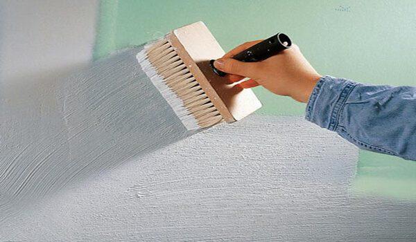 Ґрунтовка стіни з використанням кисті