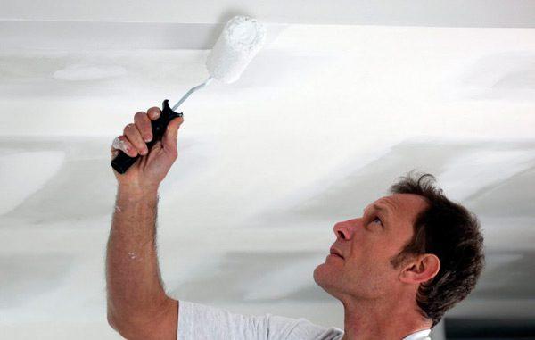 Нанесення фарби на стелю