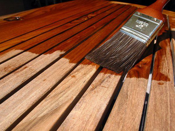 Покриваємо дерев'яну підлогу лаком
