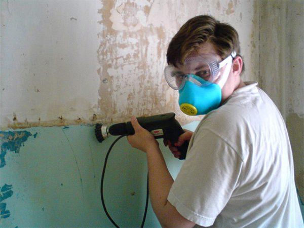 Зняття фарби зі стін за допомогою електроінструментів