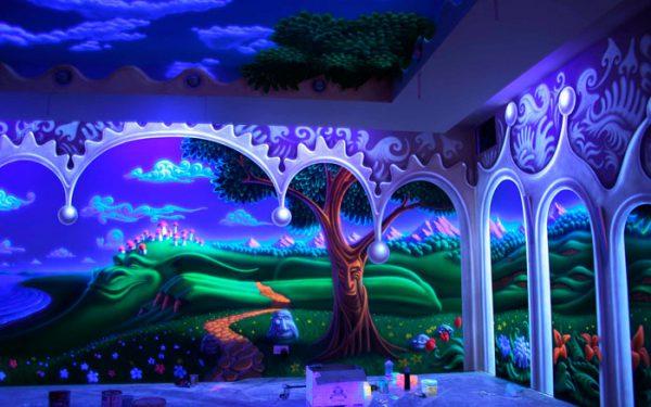 Кімната пофарбована флуоресцентною фарбою