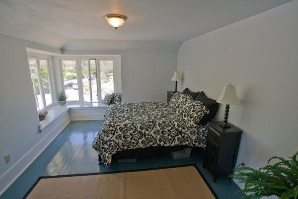 Пофарбований дерев'яну підлогу в спальні