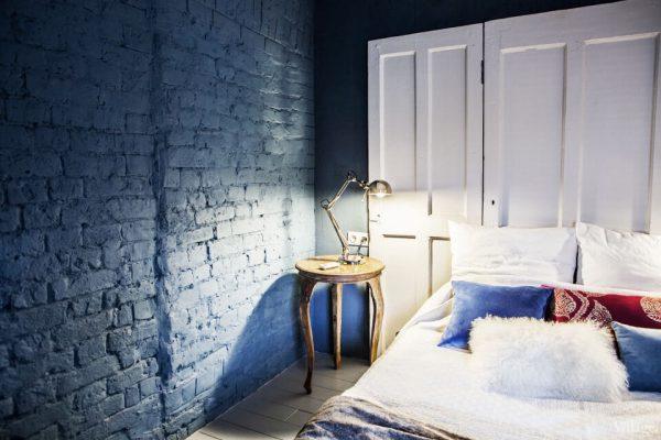 Фарбований цегла в інтер'єрі спальні