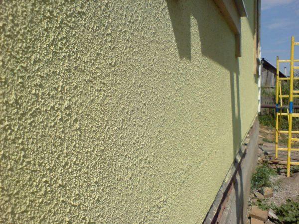 Бетонний фасад будівлі пофарбований фактурною фарбою