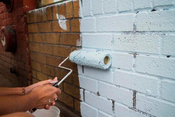 Нанесення фарби на цегляну стіну