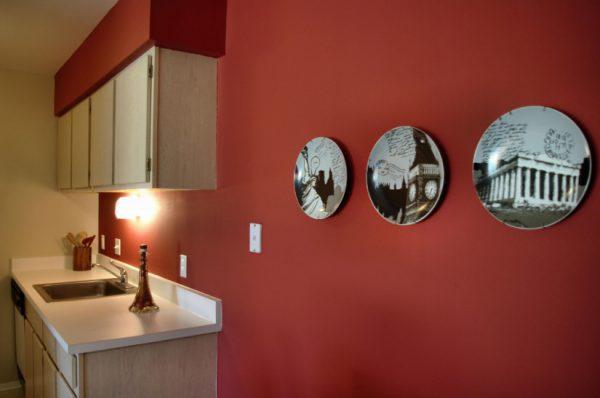 Кухня пофарбована в червоний колір
