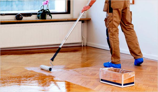 Нанесення лаку на підлогу валиком