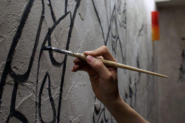 Фарбуємо стіну світною фарбою