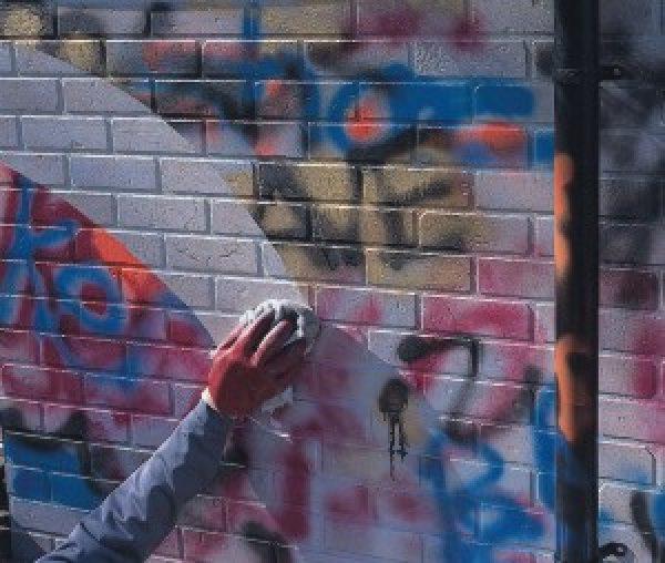Очищення стін від графіті