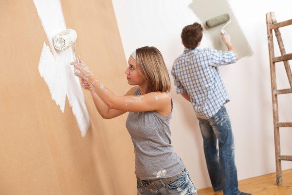 Нанесення фарби на стіни всередині будинку