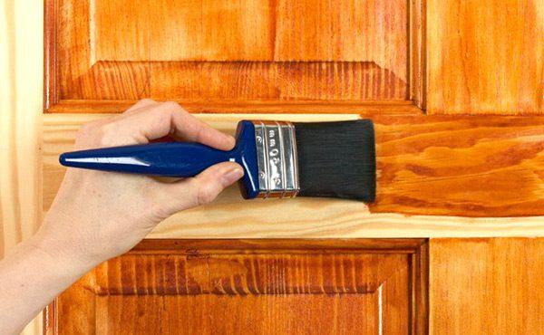 Нанесення морилки на дверне полотно
