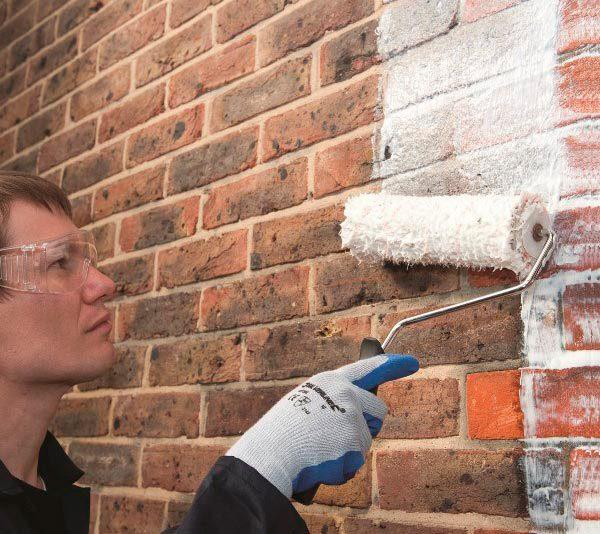 Нанесення фарби на стіну за допомогою валика