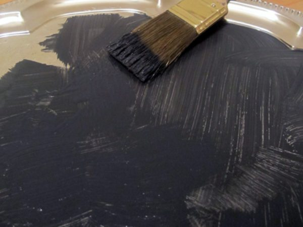 На поверхню наносимо фарбу