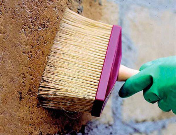 На бетон наносимо спеціальну грунтовку