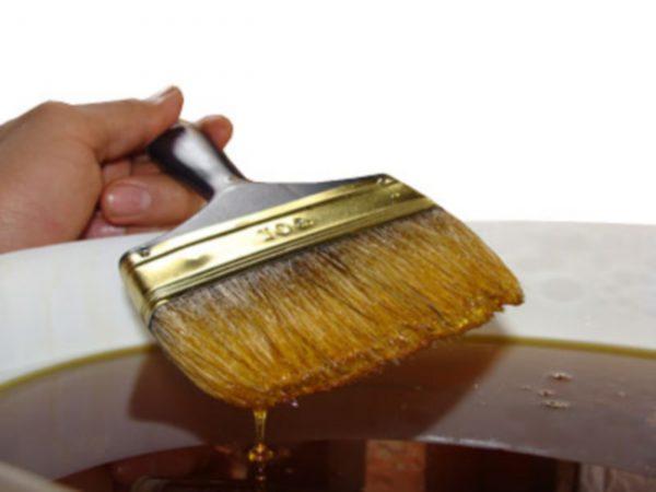 Пензликом наносимо на деревину масло