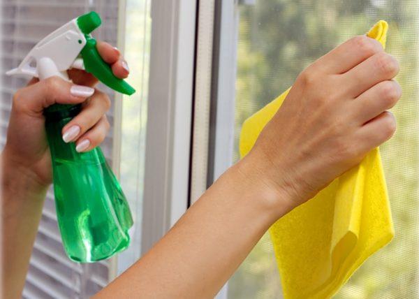 Очистка вікна від старої фарби