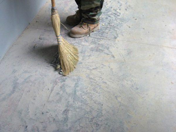 Попереднє очищення підлоги перед працюй над ним