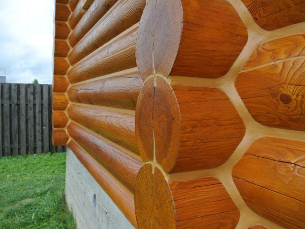Фарбована стіна дерев'яного зрубу