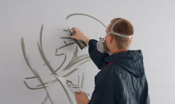 Процес оформлення стін аерозольною фарбою