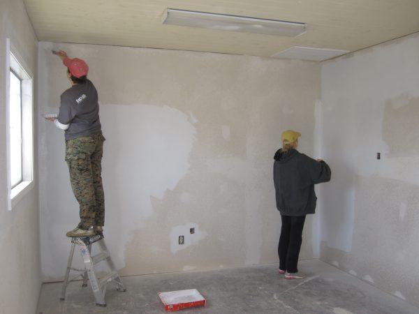Робітники готують стіни