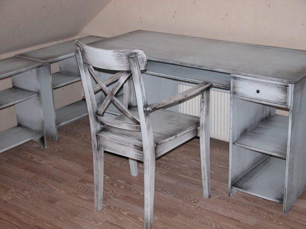 Столи і стільці пофарбовані під старовину