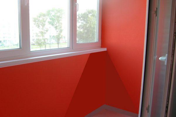 У червоний колір пофарбований балкон