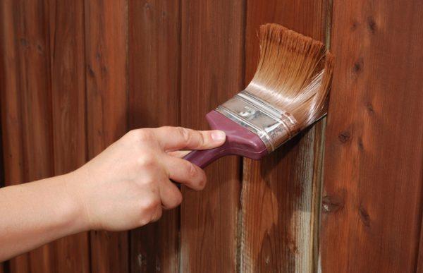 Фарбування паркану антисептиком