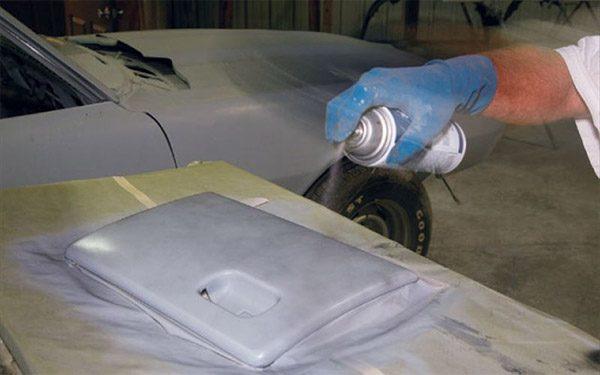 Нанесення грунтовки на деталі автомобіля