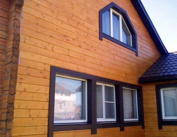 Фасад будівлі пофарбований у імітацію клеєного бруса
