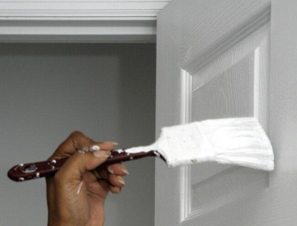 Фарбування дверей вузької филенчатой пензлем