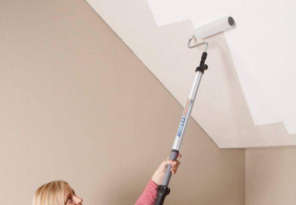 Нанесення силіконової фарби на стелю
