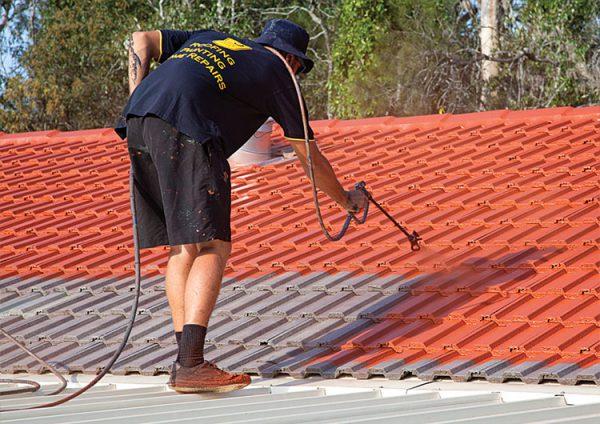 Нанесення фарби на дах