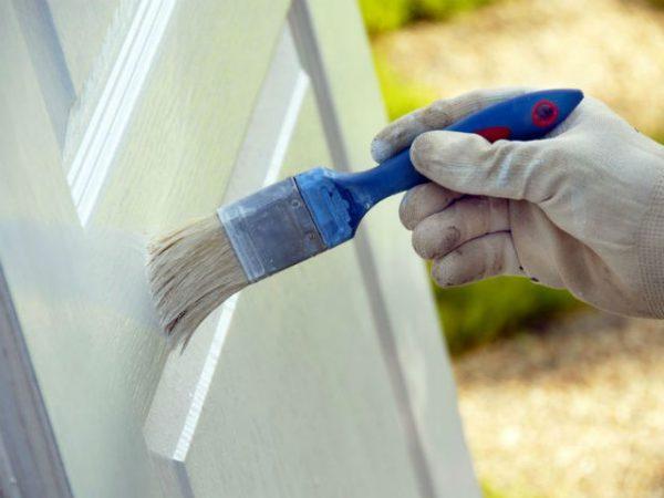 Наносимо фарбу на двері