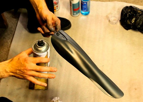 Нанесення фарби на пластик