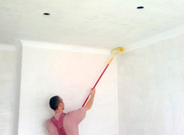 Перед початком робіт потрібно провести по краях стелі широку лінію